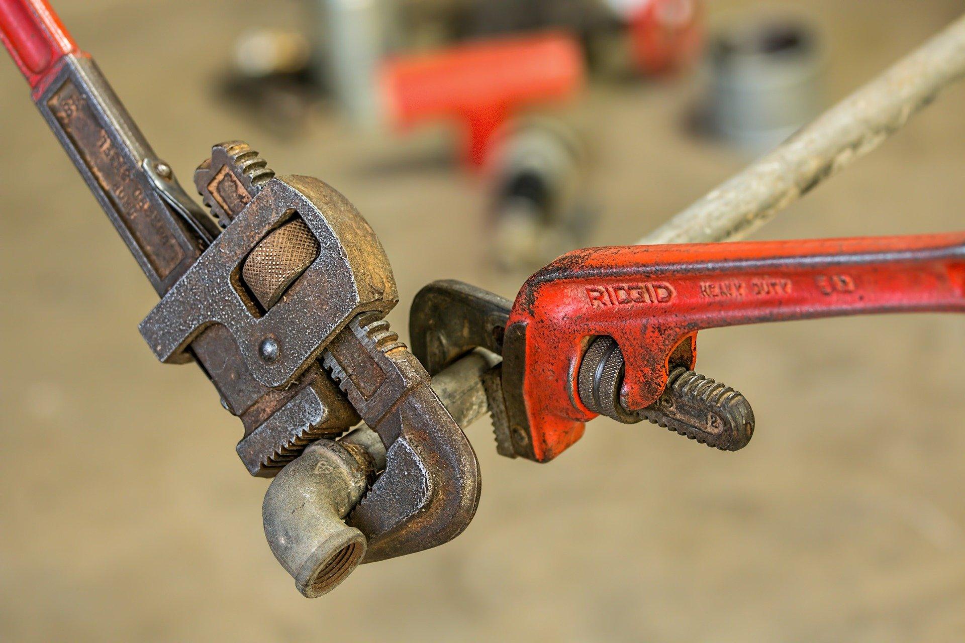 Photo de deux clés en train de maintenir un tuyau
